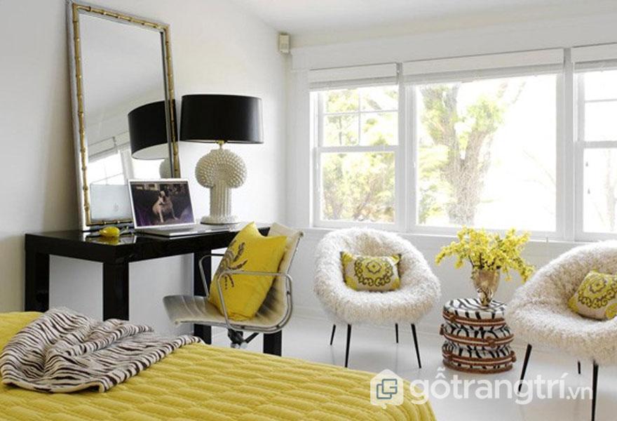 Phòng ngủ nổi bật với gam màu trắng điểm xuyết màu vàng chanh (Ảnh: Internet)