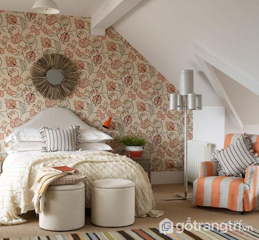 Phòng ngủ nổi bật giấy dán tường họa tiết hoa lá (Ảnh: Internet)