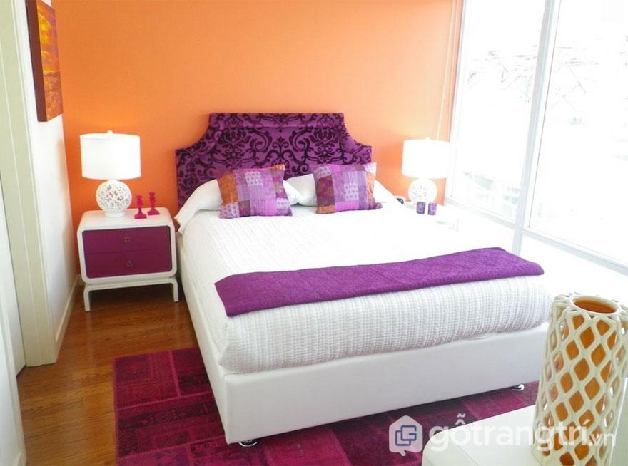 Sắc màu tím - trắng - cam tạo không gian phòng ngủ retro đẹp mắt (Ảnh: Internet)