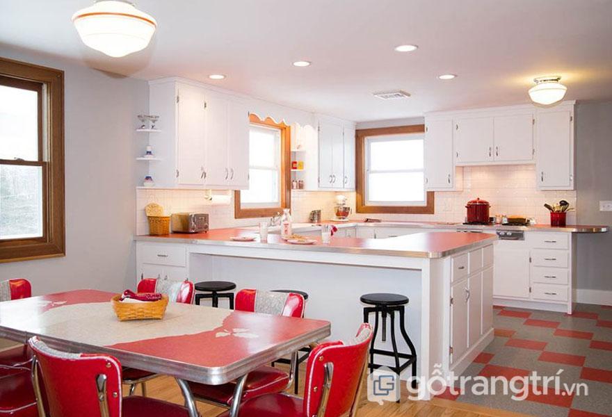 Căn bếp được trang trí với sắc đỏ sinh động (Ảnh: Internet)