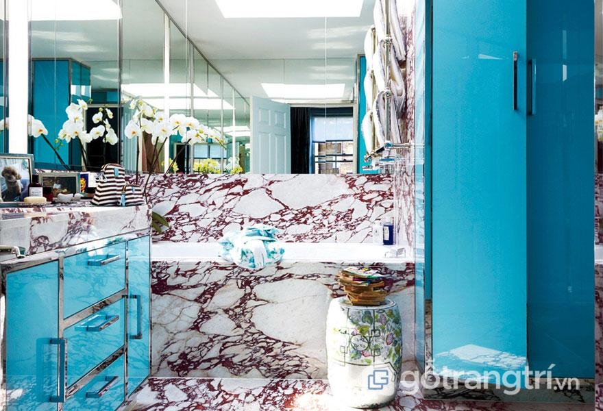 Phòng tắm được ốp chất liệu đá cẩm thạch (Ảnh: Internet)