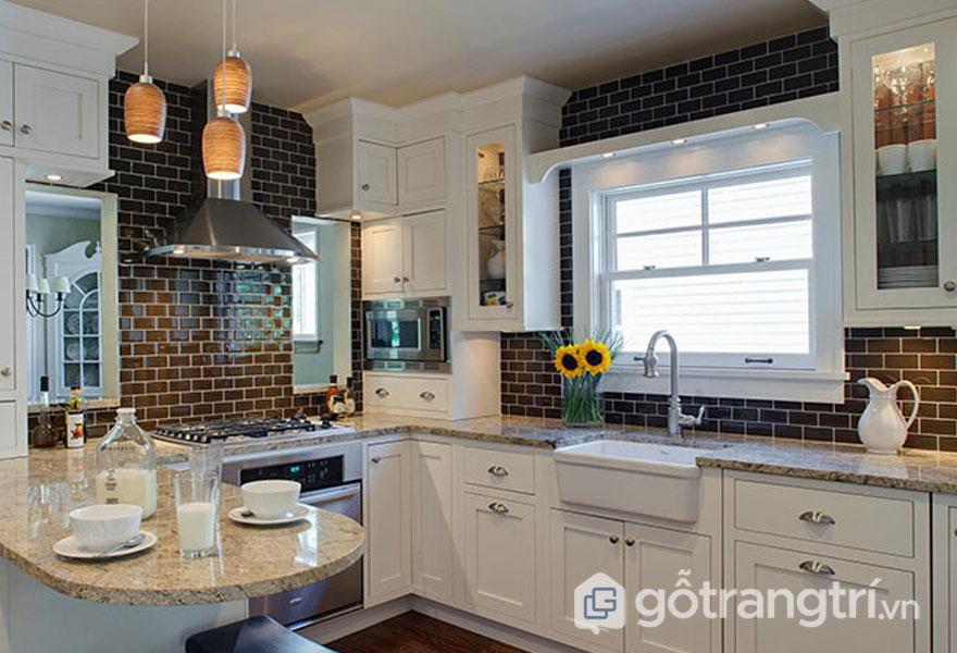 Phòng bếp retro ốp tường bằng gạch ốp bếp màu đen và tủ bếp màu trắng (Ảnh: Internet)