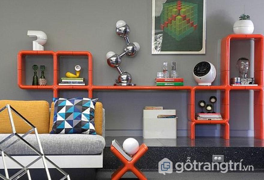 Sơn tường với sắc trầm đậm kết hợp nội thất độc đáo giúp phòng khách đậm chất retro (Ảnh: Internet)