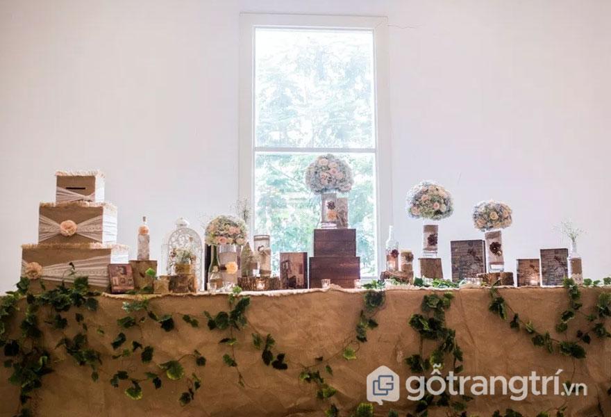 Bàn tiệc cưới được phủ lớp vải thiên nhiên (Ảnh: Internet)