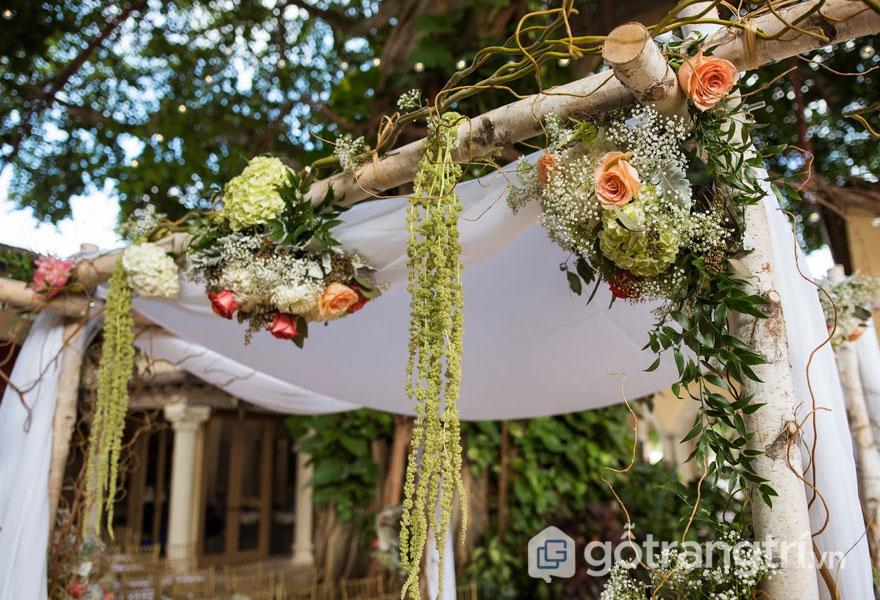 Hoa khô được trang trí trên thanh gỗ thô (Ảnh: Internet)