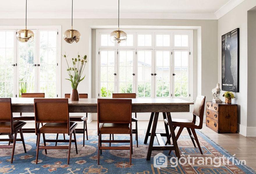Phòng ăn nổi bật với bàn ghế gỗ màu nâu trên nền tường trắng tinh khôi tạo được sự thoáng đãng cho căn phòng (Ảnh: Internet)