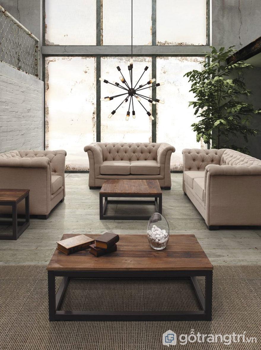 Phòng khách nổi bật với chiếc bàn gỗ đơn giản (Ảnh: Internet)