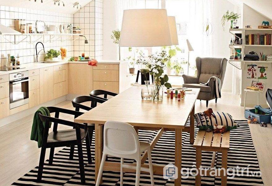 Phòng ăn vintage được thiết kế khá thông thoáng với sự xuất hiện của cây xanh, tấm thảm trải sàn kẻ sọc đen trắng (Ảnh: Internet)