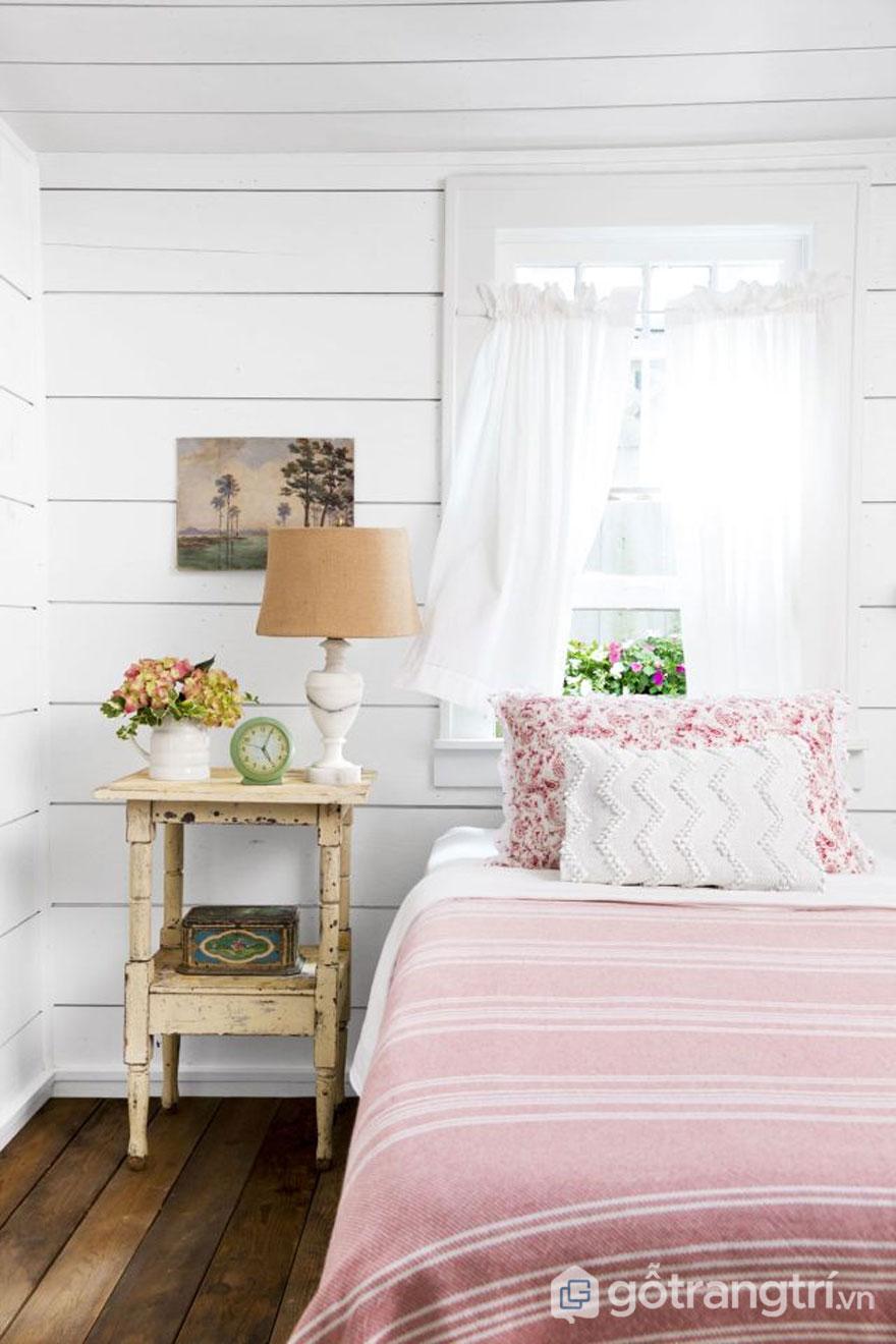 Căn phòng ngủ này nổi bật sắc trắng và sắc hồng nhạt tạo được sự thoáng đạt (Ảnh: Internet)