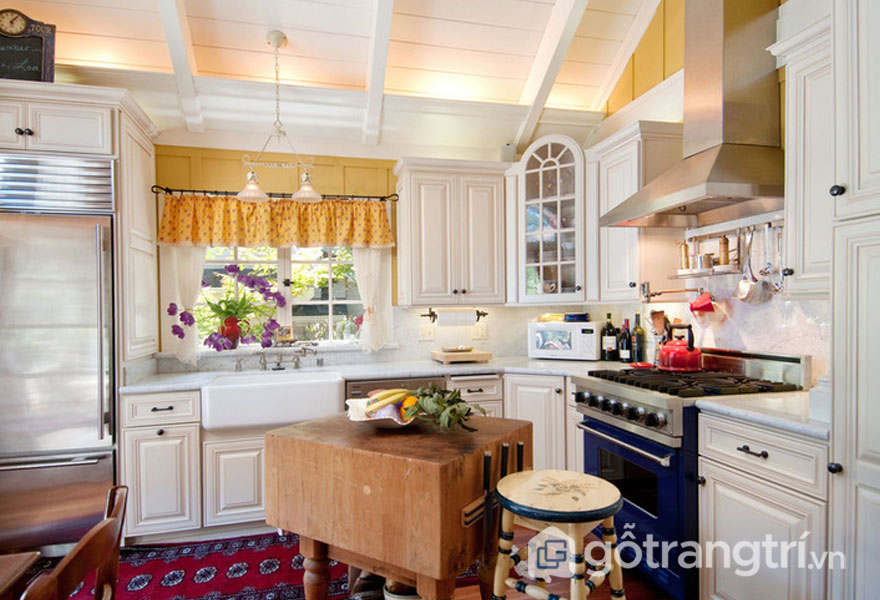 Căn bếp này được thiết kế vô cùng sáng sủa, ngăn nắp với sắc trắng tinh khôi, và thảm trải sàn họa tiết (Ảnh: Internet)