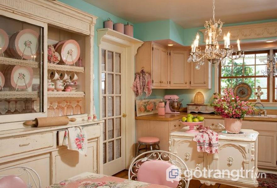 Căn bếp vintage được trang trí khá gọn nhẹ, mang đậm chất hoài cổ với đèn trang trí cổ điển, sắc hồng nhẹ nhàng (Ảnh: Internet)