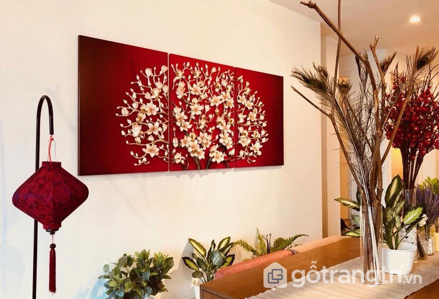 Bức tranh treo tường hoa lá màu đỏ khá nổi bật (Ảnh: Internet)