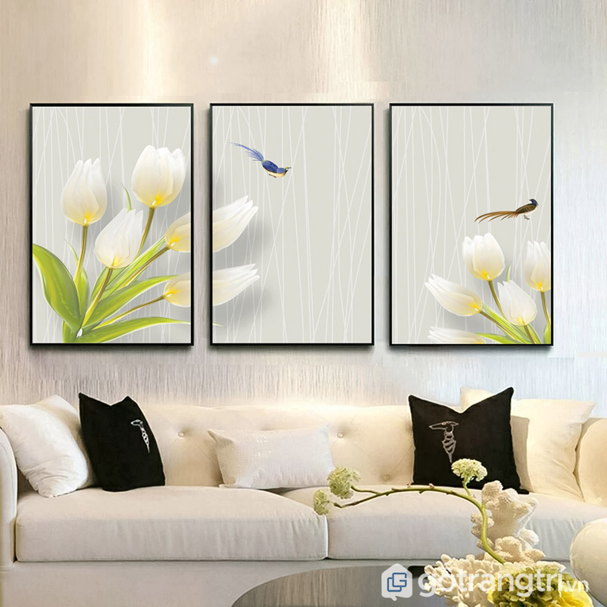 Kích thước tranh nên chọn phù hợp với chiều dài tường. Nếu chọn treo sau sofa thì nên nhỏ hơn chiều dài sofa.
