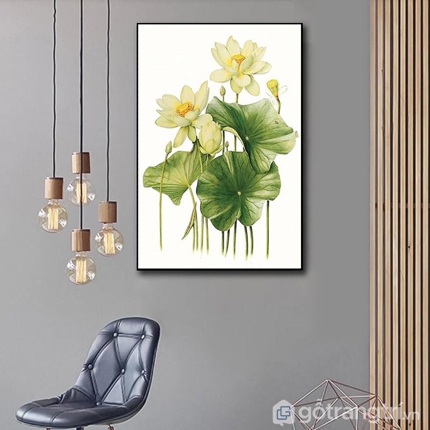 Tranh hoa sen với màu sắc và kiểu dáng sang trọng, sáng bừng không gian phòng khách.