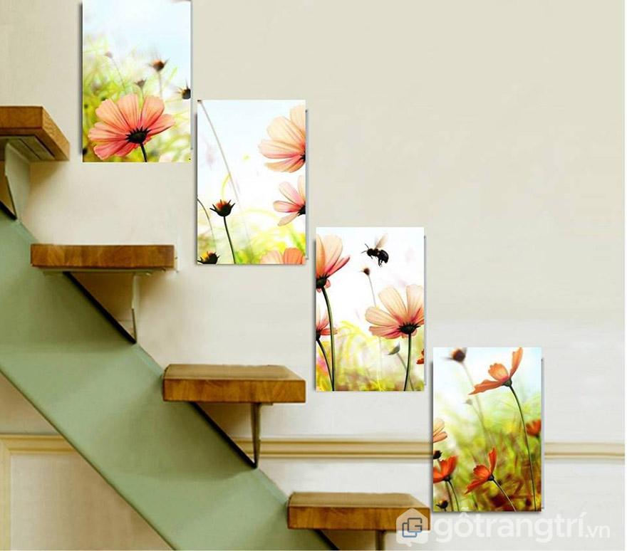 Ngay cả vị trí cầu thang cũng có thể trang trí bằng tranh Canvas hoa.