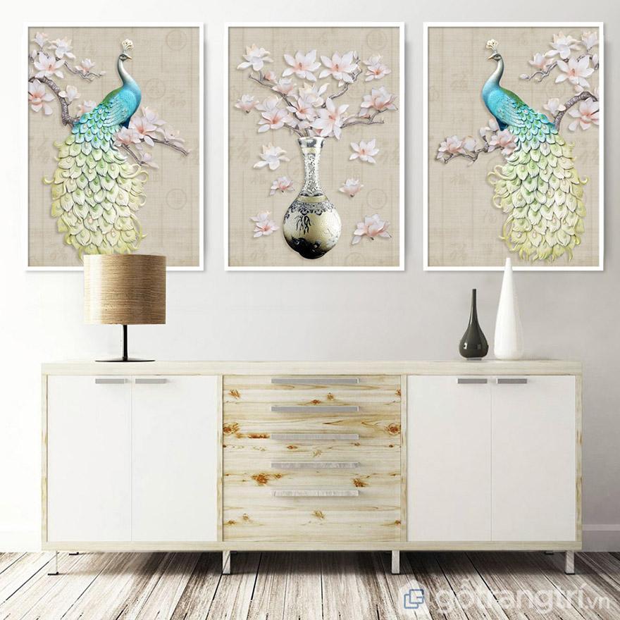 Bạn có thể chọn treo tranh trên kệ tủ hoặc sofa đê tạo điểm nhấn giữa không gian phòng.
