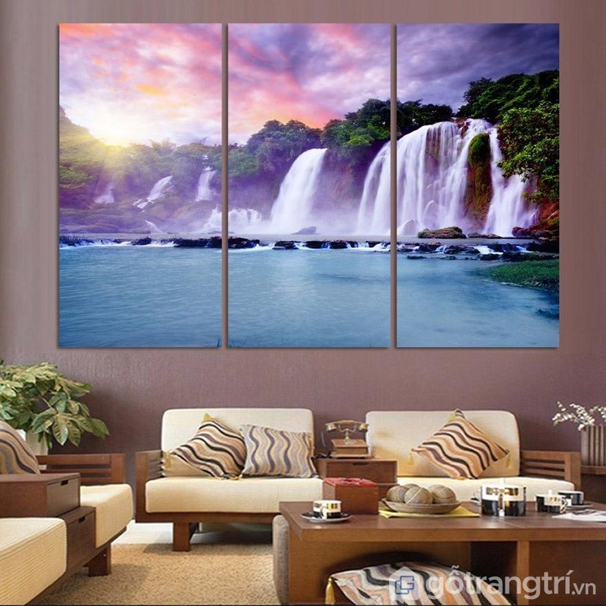 Tranh kính treo tường nghệ thuật không chỉ đẹp mà còn tạo sự sang trọng hiện đại cho phòng khách.
