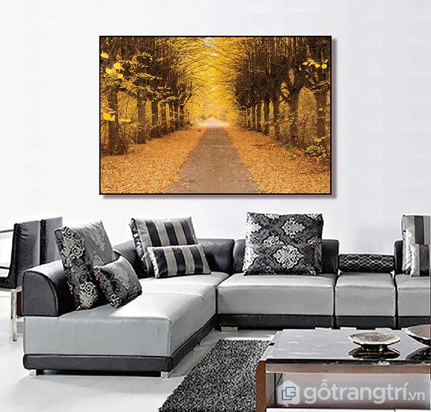 Bức tranh con đường mùa thu khiến không gian luôn sáng bừng.