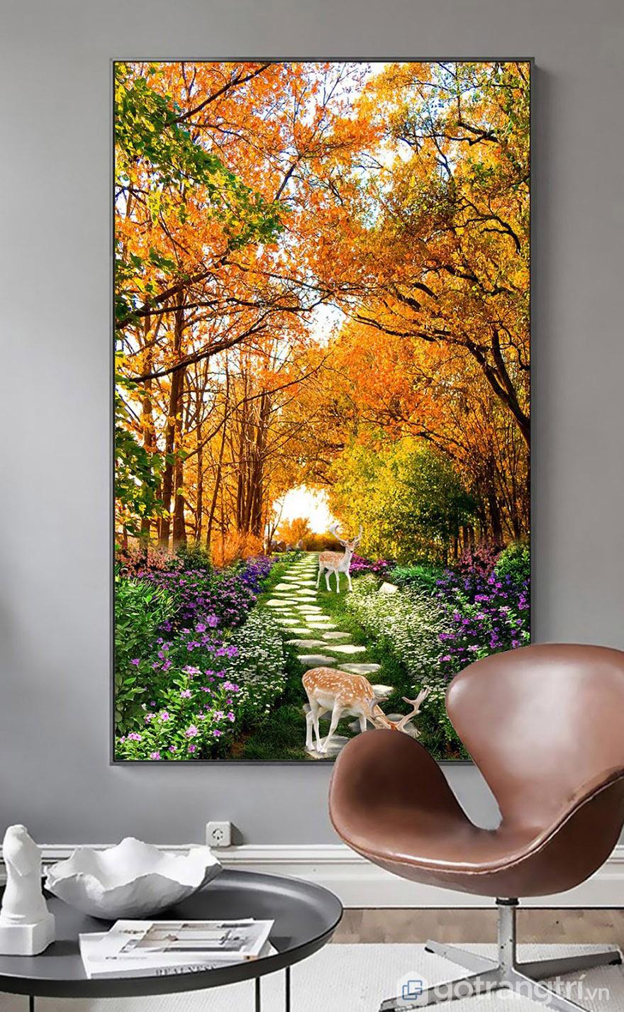 Tranh phong cảnh mang đến màu sắc tươi sáng cho không gian phòng khách.