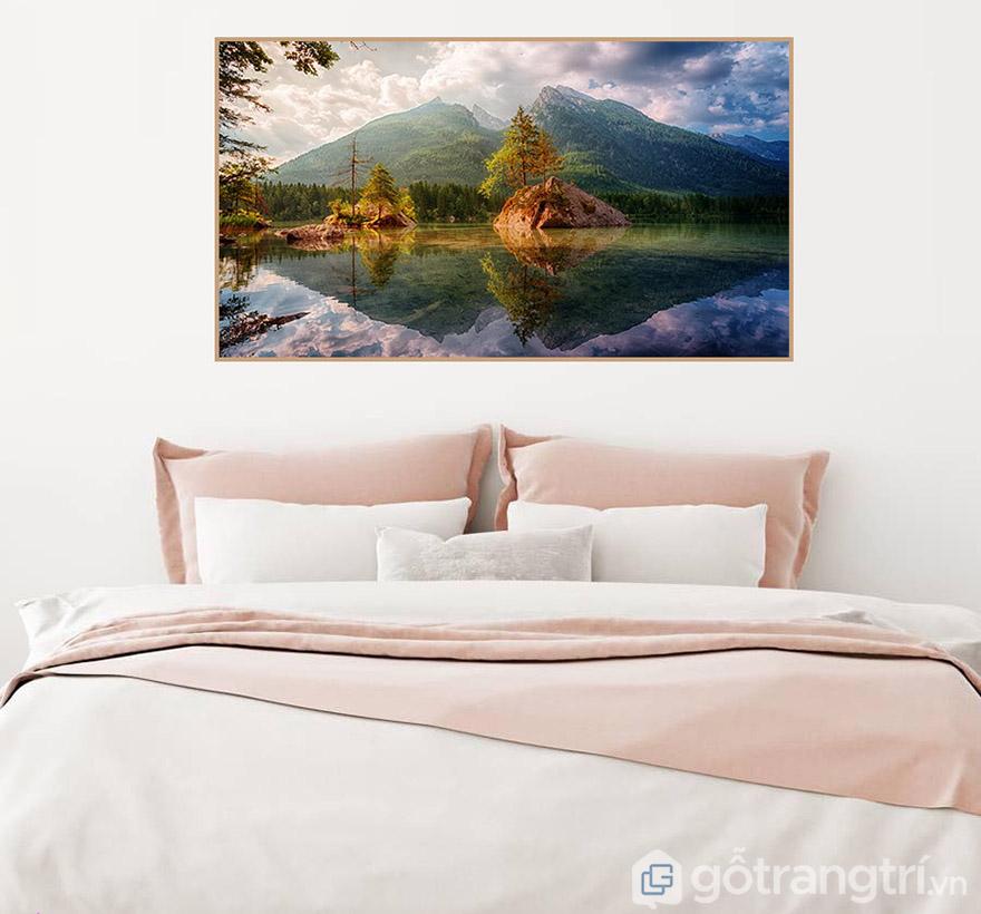 Sử dụng tranh phong cảnh trong phòng ngủ để tạo tạo giác yên bình, thư thái.
