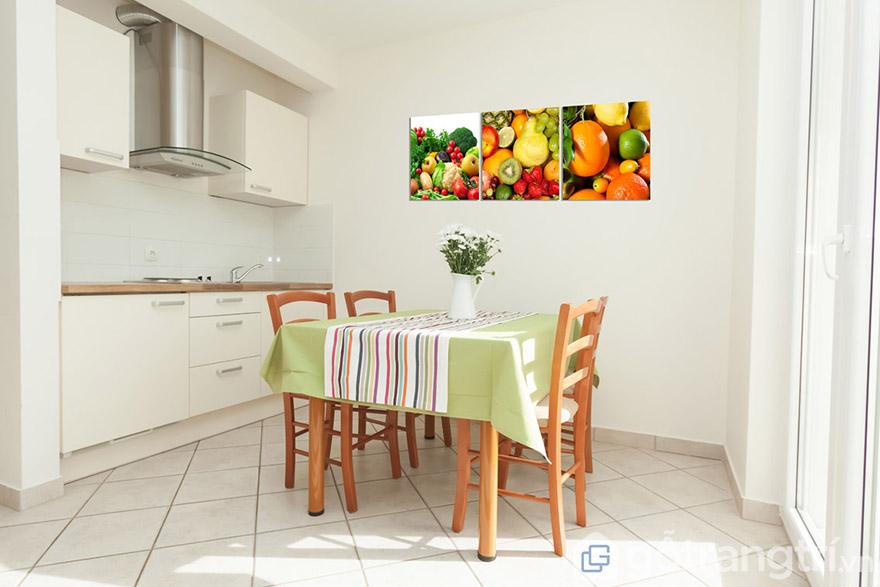 Phòng bếp bớt trống trải, không gian sáng tạo hơn nhờ tranh treo tường.