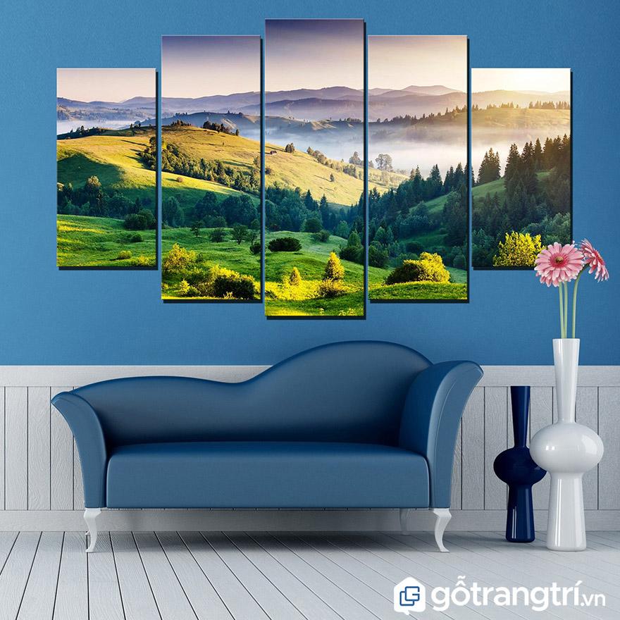 Tranh phong cảnh về núi, cao nguyên xanh luôn tạo không gian thoáng và rộng hơn.
