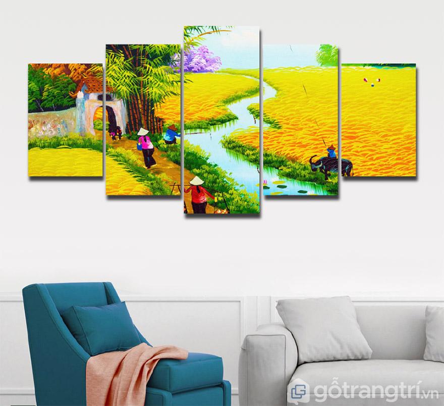Những bức tranh phong cảnh làng quê tạo sự yên bình cho không gian phòng khách.