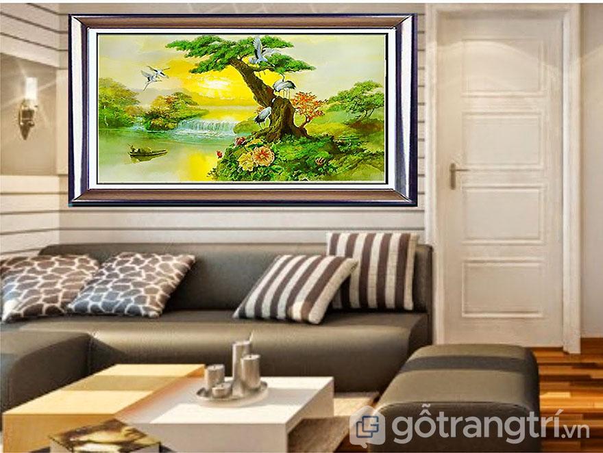 Bạn nên chọn những mẫu tranh có màu sắc tươi sáng cho không gian phòng khách