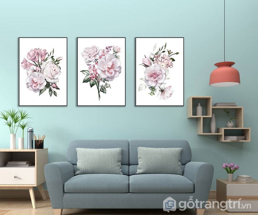 Những bức tranh về hoa nhẹ nhàng sẽ tạo cho phòng khách sự lãng mạn.