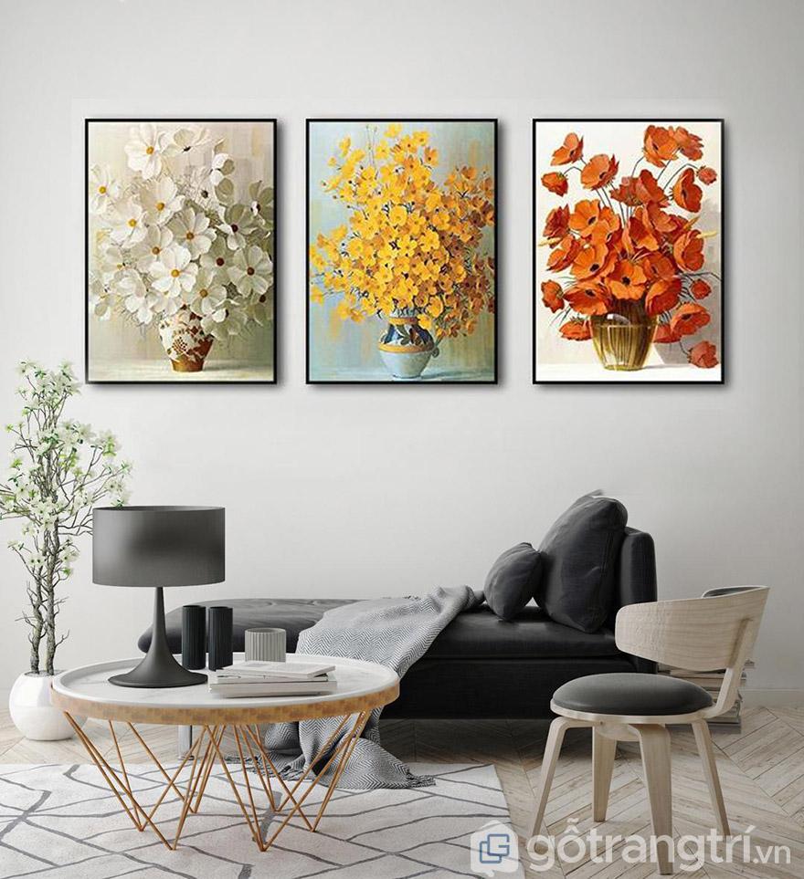 Phòng khách hiện đại, sang trọng với mẫu tranh treo tường về lọ và hoa
