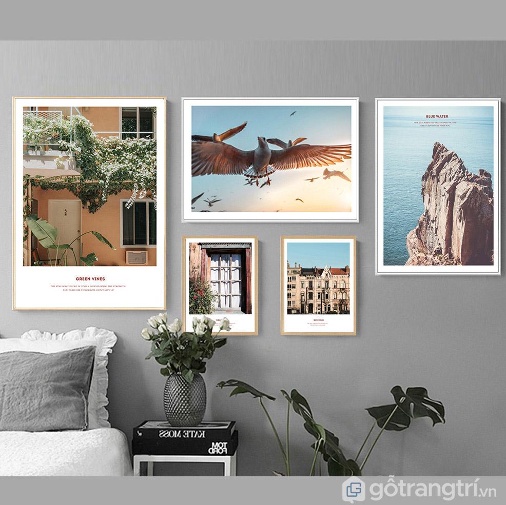 Khi không gian tường lớn thì bạn có thể ghép các bức tranh kích thước nhỏ lại với nhau.