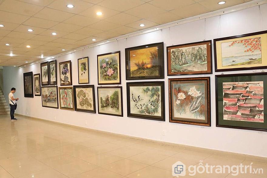 Muốn chiêm ngưỡng tranh nghệ thuật hãy đến các phòng tranh hoặc triển lãm tranh.