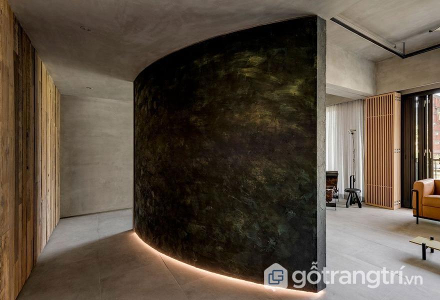 Mặt tường phủ lớp kim loại gỉ sét ánh vàng (Ảnh: Internet)