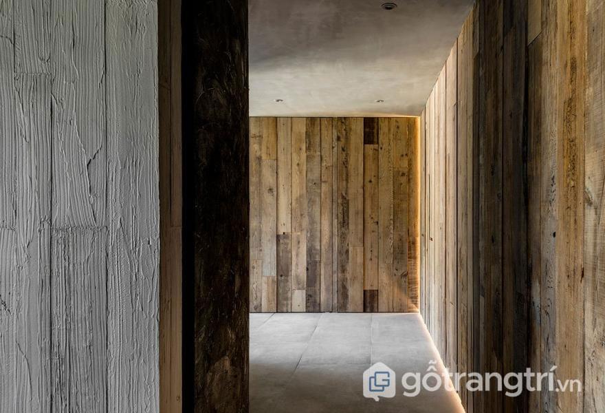 Hành lang được ốp gỗ bách tạo sự cảm giác hoài cổ (Ảnh: Internet)