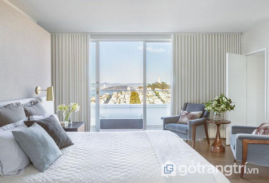 Sự bài trí lọ hoa tạo sắc xanh cho phòng ngủ (Ảnh: Internet)