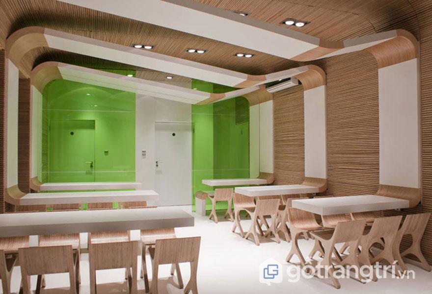 Không gian sống khá hiện đại với những đồ nội thất tạo hình độc đáo từ gỗ (Ảnh: Internet)