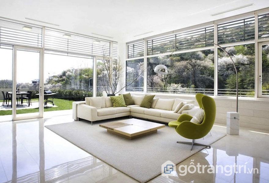Phòng khách bài trí khá thoáng đãng, rộng rãi hơn khi sử dụng gam màu trắng và cửa kính trong suốt (Ảnh: Internet)
