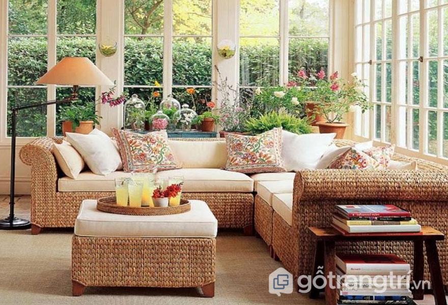 Bộ bàn ghế sofa sử dụng chất liệu cói, gỗ khá giản đơn (Ảnh: Internet)