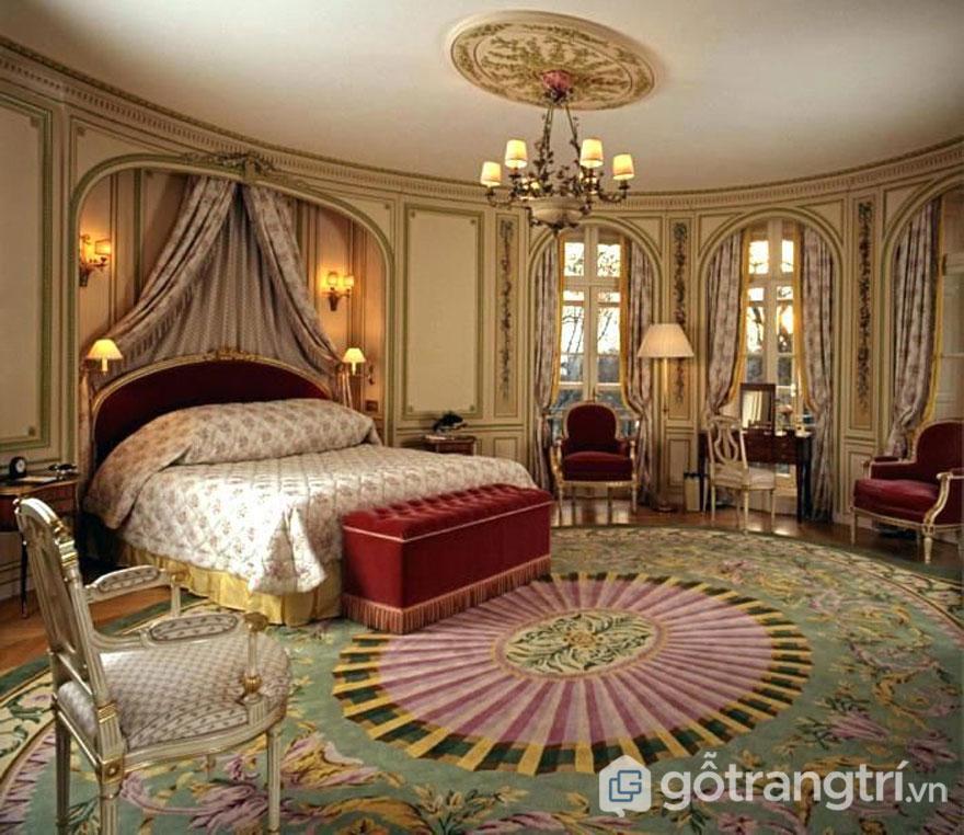 Rèm cửa và thảm trải sàn đều có họa tiết đồng bộ (Ảnh: Internet)