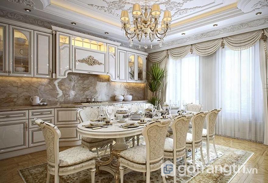 Bộ bàn ăn hình ovan được bọc vải tạo sự vương giả có căn phòng (Ảnh: Internet)
