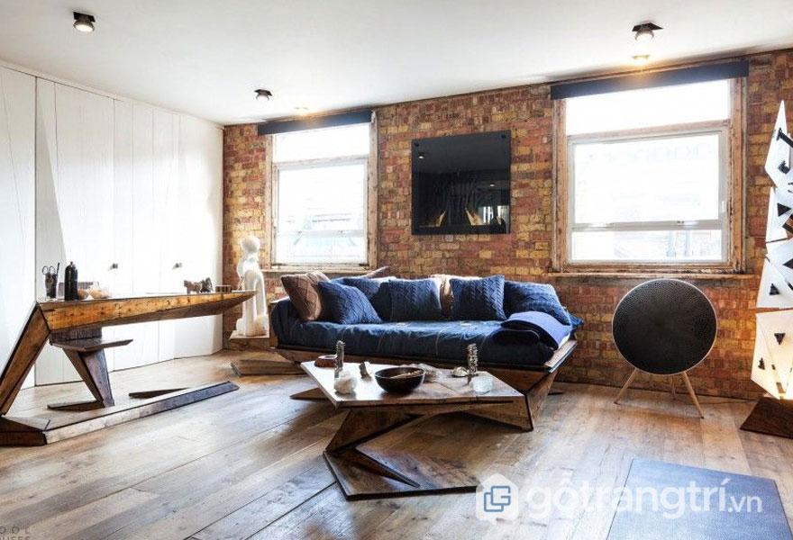 Phòng khách nổi bật với sàn gỗ và tường gạch (Ảnh: Internet)