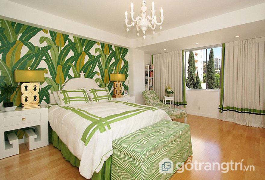 Bức tường phòng ngủ nổi bật với họa tiết cây xanh (Ảnh: Internet)