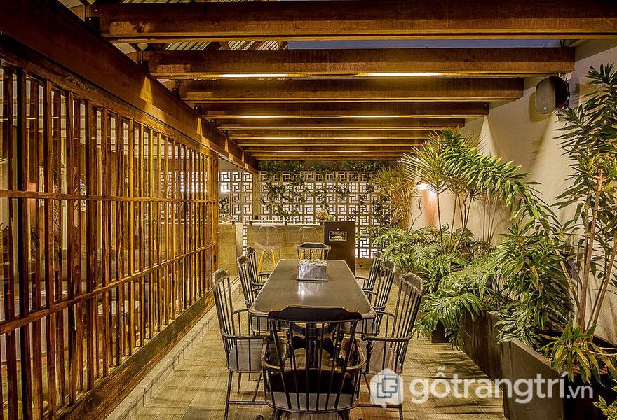 Phòng ăn nhiệt đới tràn ngập sắc xanh cây xanh (Ảnh: Internet)