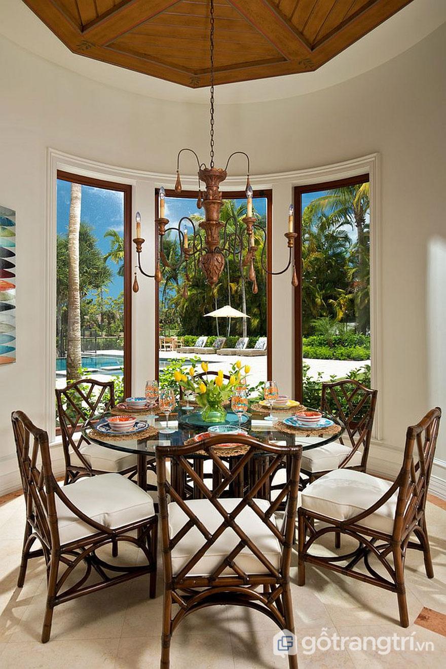 Phòng ăn nhiệt đới này được trang trí khá hút mắt bởi những hình ảnh phong cảnh trang trí trên tường khá tinh tế (Ảnh: Internet)