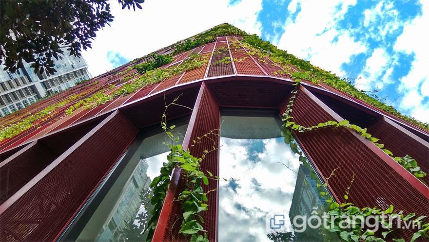 Mặt tiền của tòa nhà được bao trùm phong cách nhiệt đới (Ảnh: Internet)
