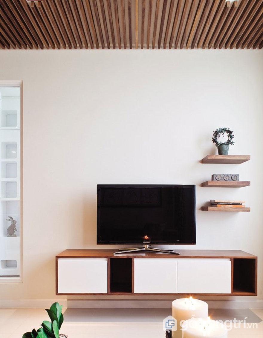 Phong cách tropical trong thiết kế nội thất phòng khách với những kệ gỗ treo tường nhỏ xinh (Ảnh: Internet)
