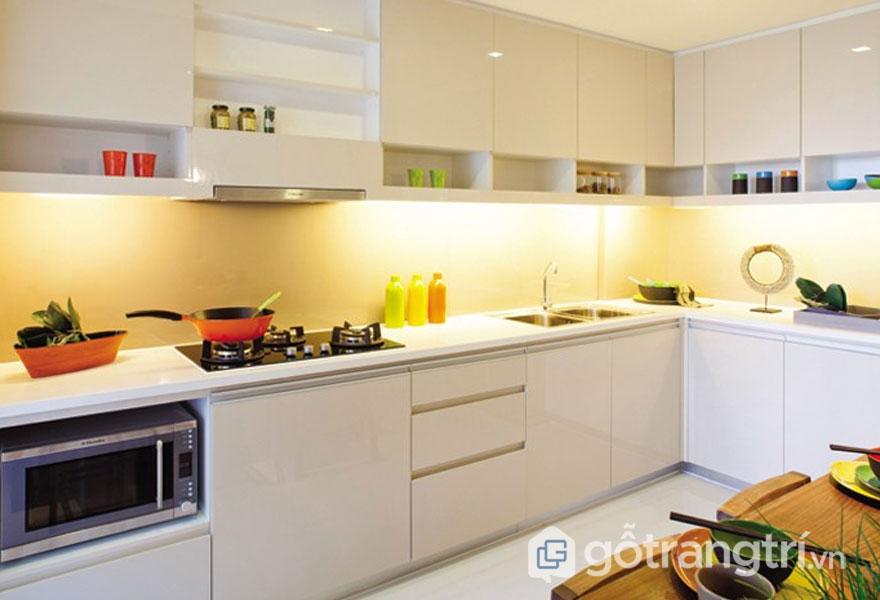 Phòng bếp được trang trí theo phong cách tropical trong thiết kế nội thất với tông màu trắng tinh khôi (Ảnh: Internet)