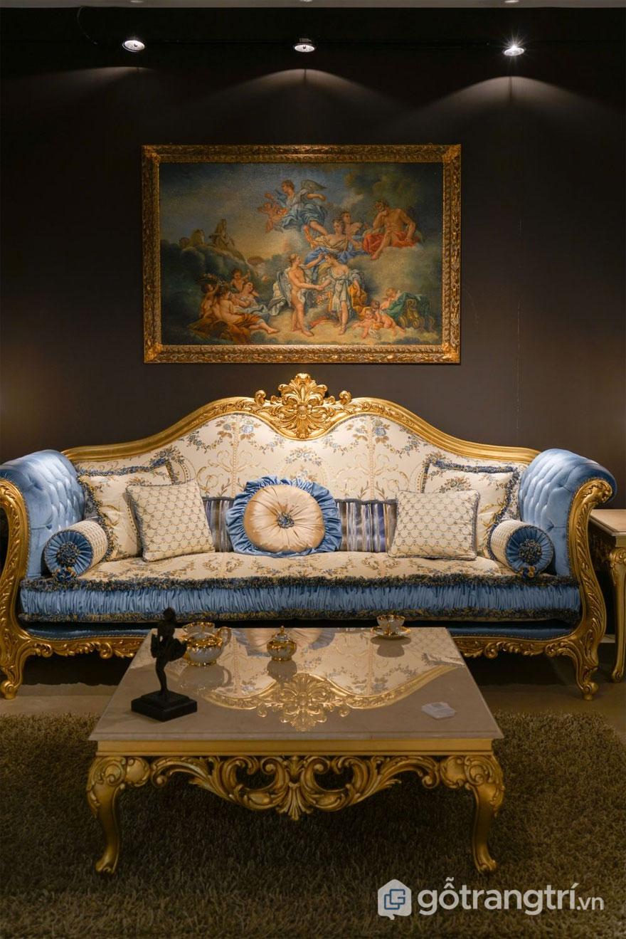 Gỗ mạ vàng với các chi tiết đối xứng của bộ bàn ghế Baroque (Ảnh: Internet)