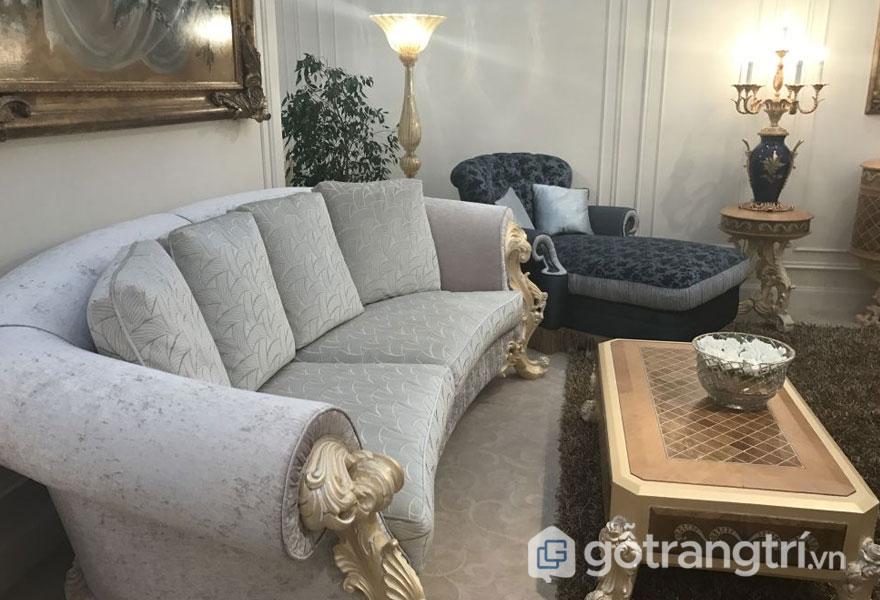 Chân gỗ bàn tiếp khách và cánh tay ghế được chạm khắc lớn theo phong cách baroque (Ảnh: Internet)
