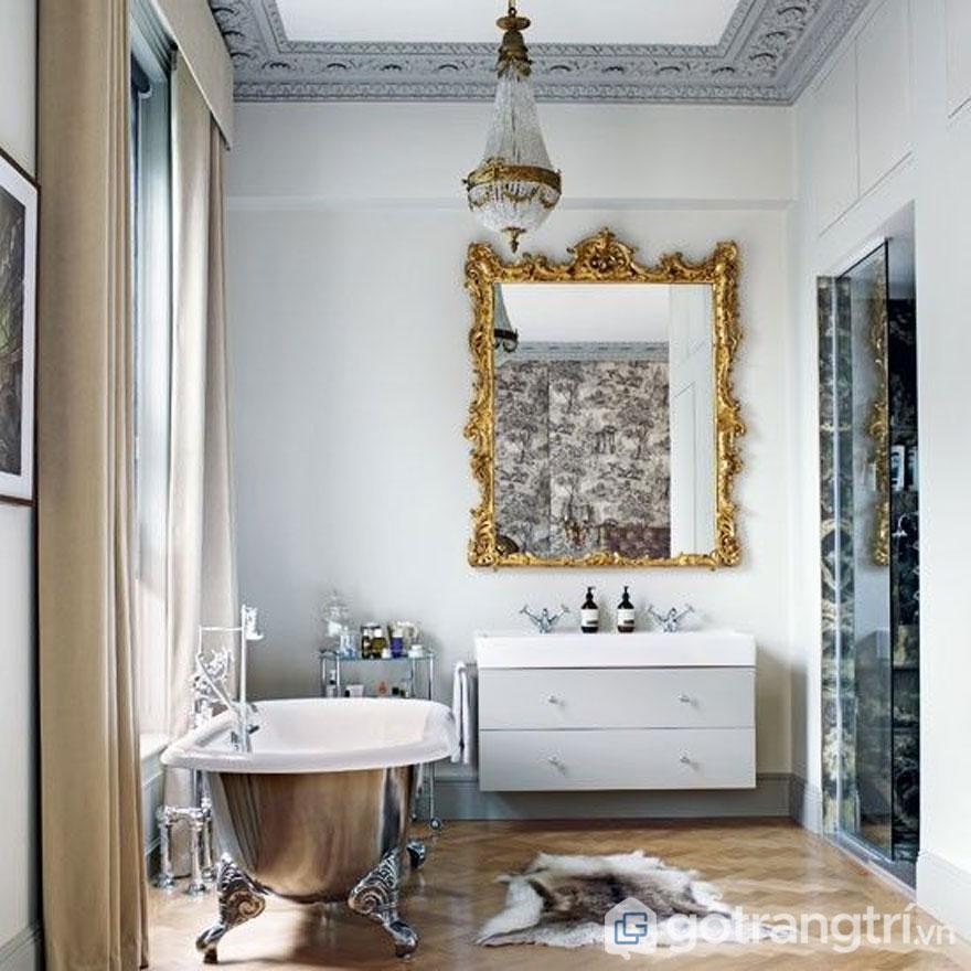 Gương phòng tắm được trạm trổ cầu kỳ (Ảnh: Internet)
